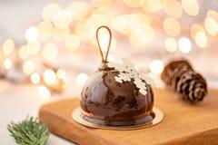 Мини десерт печенья мусса с застекленным шоколадом Bokeh ламп гирлянды на предпосылке Современный европейский торт французско стоковое фото rf