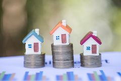 Мини дом на стоге монеток, вкладе недвижимости, сохраняет деньги с вкладом монетки стога, роста дела и финансовым, стоковая фотография rf