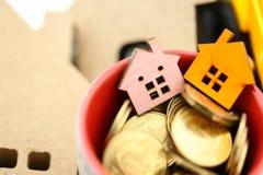 Мини дом с золотыми монетками, ипотека, займы, свойство управления стоковая фотография