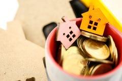 Мини дом с золотыми монетками, ипотека, займы, свойство управления стоковое изображение rf