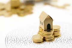 Мини дом с стогом монеток на лабиринте, концепции вклада pro стоковые изображения rf