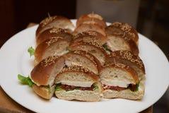Мини канапе бургера на белой плите Стоковое Фото