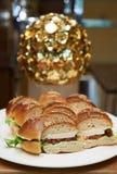 Мини канапе бургера на белой плите Стоковая Фотография