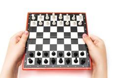 Мини компактный шахмат с малыми диаграммами в руках Стоковые Фотографии RF
