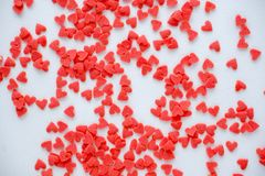 Мини красная конфета сердец на белой предпосылке Стоковое Фото