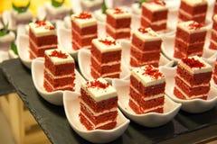 Мини красный бархат на тортах чашки Стоковые Изображения