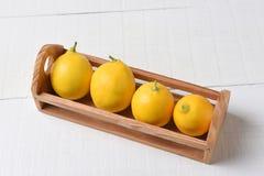 Мини клеть свежих выбранных лимонов Стоковое фото RF