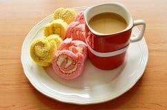 Мини клубника и ванильный крен варенья приспособленные для one piece с чашкой кофе красной на плите Стоковые Фотографии RF