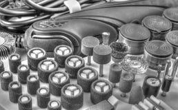 Мини машина сверла с комплектом различных аксессуаров в черно-белом Стоковое фото RF