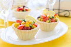 2 мини пирога с салатом от сладостной мозоли, фасолей почки и салата авокадоа на праздничной таблице Стоковое Изображение RF