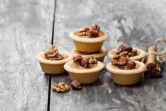 Мини пироги имбиря и грецкого ореха на деревянной предпосылке Стоковые Изображения