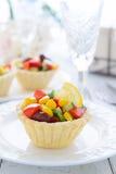 Мини пирог с салатом от сладостной мозоли, фасолей почки и салата авокадоа на праздничной таблице Стоковое Изображение RF