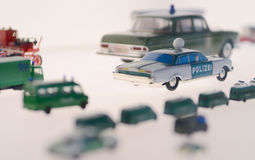 Мини полицейская машина, корабль масштабной модели на музее автомобиля Мерседес-Benz Белая предпосылка Стоковые Фото