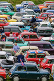Мини предприниматели бьют ралли приносят сотни классики автомобиля совместно стоковое изображение