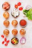 Мини плюшки бургера покрыли с семенами сезама и различными завалками Стоковая Фотография