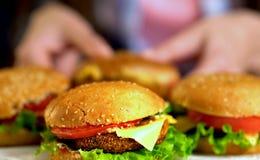Мини плюшки гамбургера Фаст-фуд с ветчиной на деревянной доске Стоковое Фото