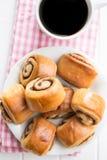 Мини плюшки и кофе циннамона Стоковое фото RF