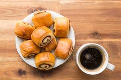 Мини плюшки и кофе циннамона Стоковые Фотографии RF