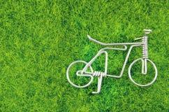Мини стальная игрушка велосипеда на траве Стоковая Фотография RF