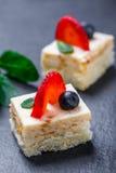 Мини торты с клубникой и голубикой на каменном конце предпосылки шифера вверх печь домодельный Стоковые Изображения RF