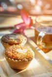 Мини торт и чай миндалины на деревянном столе Селективный фокус Стоковые Изображения RF