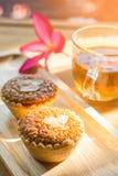 Мини торт и чай миндалины на деревянном столе Селективный фокус Стоковая Фотография RF