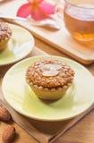 Мини торт и чай миндалины на деревянном столе Селективный фокус Стоковые Фотографии RF
