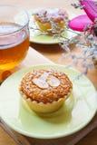 Мини торт и чай миндалины на деревянном столе Селективный фокус Стоковое фото RF
