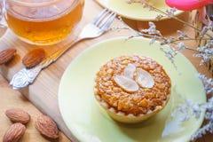 Мини торт и чай миндалины на деревянном столе Селективный фокус Стоковая Фотография