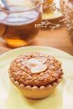 Мини торт и чай миндалины на деревянном столе Селективный фокус Стоковые Изображения