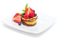 Мини торт плодоовощ на белизне стоковые фото