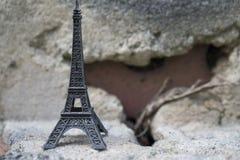 Мини Эйфелева башня на естественном камне Стоковые Изображения