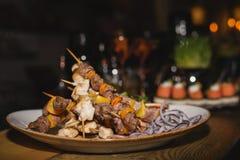 Мини kebabs на шведском столе стоковое фото rf