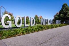 МИННЕАПОЛИС МИНЕСОТА: Знак для парка золотой медали в городском Миннеаполис на солнечный день стоковые фотографии rf
