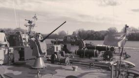 Минный тральщик военного корабля с оружиями акции видеоматериалы