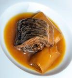 Минога с Бордо sauce с гренками и лук-пореями Стоковые Изображения