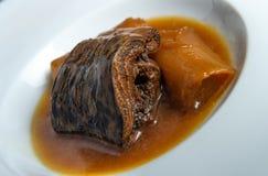 Минога с Бордо sauce с гренками и лук-пореями Стоковая Фотография RF