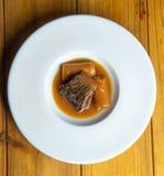 Минога с Бордо sauce с гренками и лук-пореями Стоковое Изображение