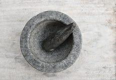Миномет и пестик на деревянном столе Стоковые Фото