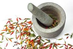 Миномет и пестик с изолированным перцем chili стоковая фотография rf
