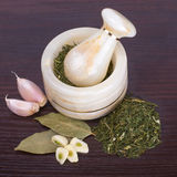 Миномет и пестик с специями на предпосылке деревянного стола Стоковые Фото