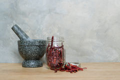 Миномет чеснока перца Chili на деревянном столе Стоковое Изображение