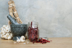 Миномет чеснока перца Chili на деревянном столе Стоковая Фотография RF