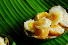 Миномет яичка триперсток ` krok Kai ` служил в Krathong сделал от листьев банана Стоковое Изображение RF