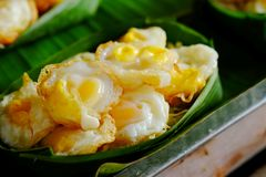 Миномет яичка триперсток ` krok Kai ` служил в Krathong сделал от листьев банана Стоковые Изображения