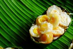 Миномет яичка триперсток ` krok Kai ` служил в Krathong сделал от листьев банана Стоковое Фото