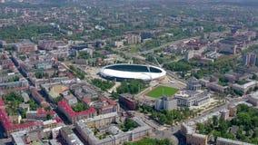 МИНСК, БЕЛАРУСЬ - МАЙ 2019: Воздушный взгляд съемки трутня центра города Стадион Dinamo и объекты спорт сверху сток-видео