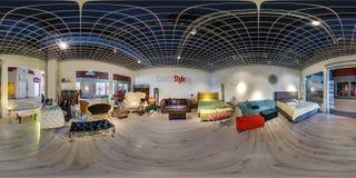 МИНСК, БЕЛАРУСЬ - МАЙ 2018: Полностью сферически безшовная панорама 360 градусов в интерьере магазина с магазином выставочного за стоковые изображения
