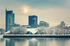 Минск, Беларусь 10-ое декабря 2017: Ландшафт города зимы Взгляд современных зданий мульти-этажа в центре города Стоковые Изображения
