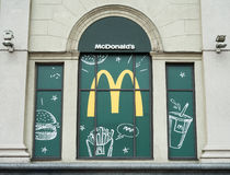 МИНСК, БЕЛАРУСЬ - 7-ое июня 2017: Выставк-окно ресторана ` s McDonald ` S McDonald ` s мира самая большая цепь гамбургера голодае Стоковые Фото